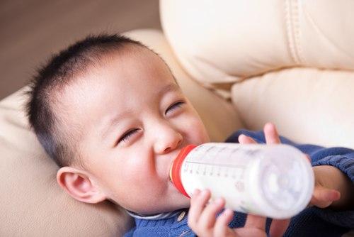 Kết quả hình ảnh cho trẻ uống sữa bột